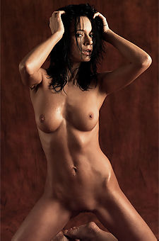 Gwen Sexy Oiled Babe Posing Naked In Studio